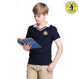 Meninos e meninas uniformes da escola secundária do verão