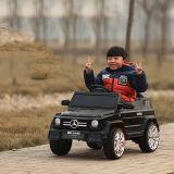 L'automobile elettrica del bambino con telecomando scherza l'automobile elettrica di musica