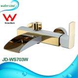 白および金によってめっきされる真鍮の表面によって取付けられる滝の浴槽の蛇口
