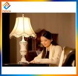 A lâmpada de tabela do vintage/luz ilumina acima a mesa de centro
