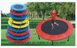 Mini trampolino di formati differenti per i bambini che giocano e che rimbalzano