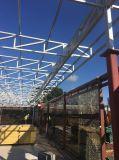 Magazzino delle strutture d'acciaio con il portello di piegatura