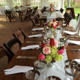 Таблицы и стулы сельского дома страны деревенские деревянные складывая обедая