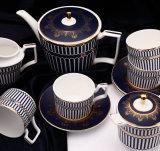 青い11および金が付いている骨灰磁器のコーヒーカップ