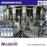 Cadena de producción de relleno en botella 500 ml del agua pura