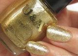 L'application de la poudre de paillettes de printemps sur le vernis à ongles