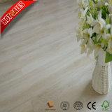 Un revêtement de sol en vinyle PVC en bois étanche Spc laminés pour salle de bains