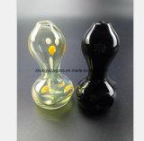 Schwarze, gelbe Enten, die Glas-Pfeife der Schmierölrohrleitung formen