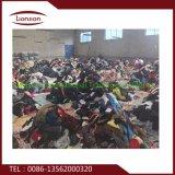 La mode de qualité a utilisé le vêtement exporté vers l'Afrique