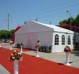 屋上の屋外のイベントの玄関ひさしの結婚披露宴のテント