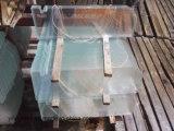 단단하게 한 낮은 철 선반 유리