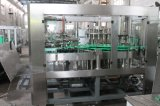 Завод бутылки сока выпивая заполняя