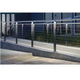 ステンレス鋼304の柵を柵で囲むアパートのステアケース