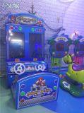 As crianças com moedas feliz máquina de jogos de corridas de automóveis