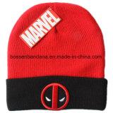 中国の工場農産物はロゴによって刺繍された赤いアクリルのニットの冬のスキー帽子の帽子をカスタマイズした