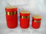 Un insieme di ceramica bianco di 3 scatole metalliche chiuse ermeticamente con il coperchio di legno