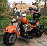 De Rit van jonge geitjes op de In werking gestelde Motorfiets van de Batterij van de Auto