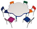子供は椅子の多彩な花の形の調査表と台に置く