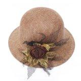 綿の服のフロッピー帽子の麦わら帽子