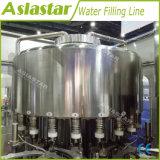 L'eau minérale rinceuse capsuleuse de remplissage de la machine