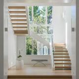 Escalera recta de cristal de acero de interior usada caja de la escalera del diseño del bajo costo para los pequeños espacios