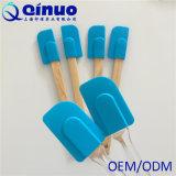 Шпатель силикона совершенной ручки печений блинчиков деревянной голубой