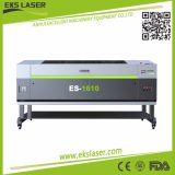 Grün und wuchs von der Laser-Stich-Ausschnitt-Maschine auf hölzernem mobilem acrylsauerbildschirm