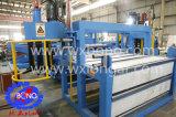Bobina plateada de metal que procesa la máquina que raja