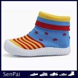 新しいデザイン赤ん坊のFlyknitのソックスの靴