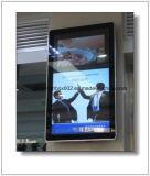 Affissione a cristalli liquidi fissata al muro di Digitahi dell'elevatore che fa pubblicità al blocco per grafici di schermo