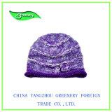 方法美しい子供の花が付いている紫色のニットの帽子