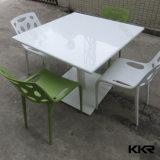 贅沢で白い石造りのイタリアのダイニングテーブル