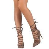 Las sandalias chispeantes de los estiletes de los cequis abren los zapatos atractivos del partido de las bombas de los altos talones de la punta