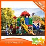 O plástico ao ar livre do brinquedo dos miúdos do lugar das crianças desliza para o parque