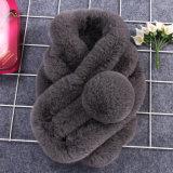 のどの毛皮のポンポンが付いている女性のケーブルのニットのスカーフ
