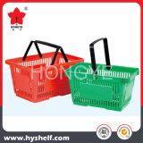 Panier à provisions en plastique de supermarché avec le traitement deux