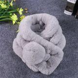 Ladies' câble écharpe en tricot avec la fausse fourrure pompons