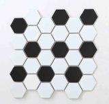 Mattonelle di mosaico di ceramica bianche e nere