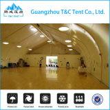 Estrutura de tendão de corte de esqui no interior com piso para a arena de futebol
