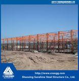 Historia de una sola estructura de acero de construcción con materiales de construcción para el taller