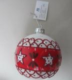 ステッカーが付いているハングのクリスマスのガラス玉