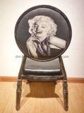 Черный стул круглой задней части случая цвета с логосом