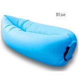 屋外のキャンプの膨脹可能なLoungerの空気によって満たされる位置袋のスリープの状態であるソファー