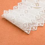 Связанные методы и белый шнурок цвета