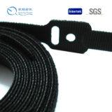 Gancho y lazo con los lazos negros del cable