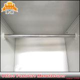 El metal casero de acero colorido de los muebles arropa el guardarropa de la cabina del armario