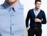 Camisa de vestido com botão azul claro para homens com design de moda