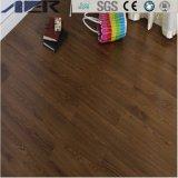 Hölzerne schauende Belüftung-Planke, die selbstklebenden Vinylbodenbelag ausbreitet