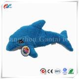 로고 장난감이 연약한 파란 돌고래이라고 상표가 붙은 주문 로고에 의하여 수를 놓는다