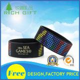 Braceletes plásticos personalizados ajustáveis do vinil do partido do logotipo da impressão para miúdos